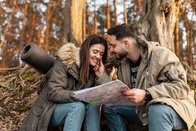 Średnio strzał szczęśliwa para z mapą