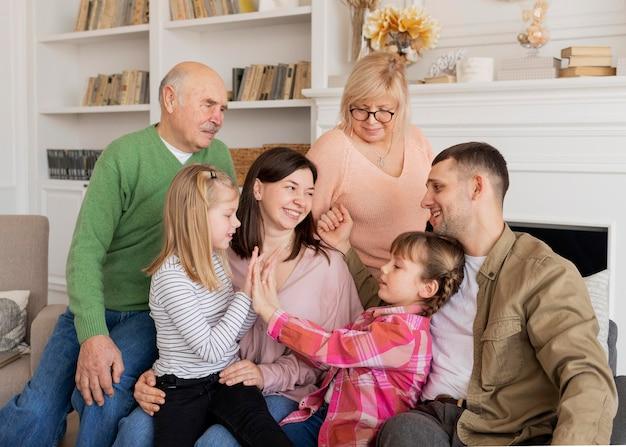 Średnio strzał szczęśliwa rodzina na kanapie