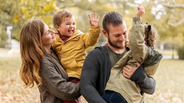 Średnio Strzał Szczęśliwa Rodzina Na Zewnątrz Premium Zdjęcia