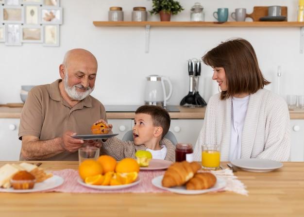 Średnio strzał szczęśliwa rodzina