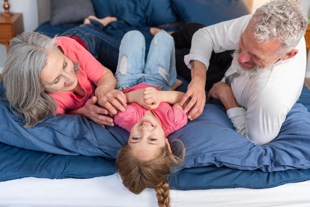 Średnio strzał szczęśliwą rodzinę grającą razem
