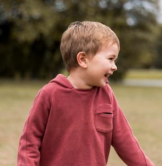 Średnio strzał szczęśliwe dzieci na zewnątrz