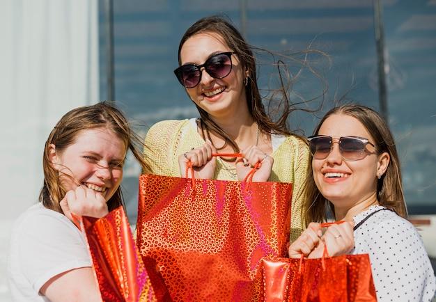 Średnio strzał szczęśliwe dziewczyny z torby na zakupy