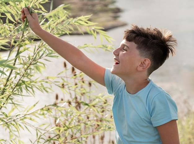 Średnio strzał szczęśliwy dzieciak w naturze