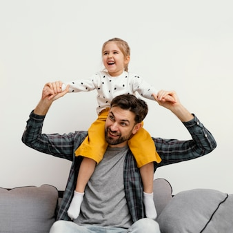Średnio strzał szczęśliwy ojciec i dziewczynka