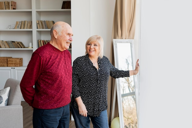 Średnio strzał szczęśliwych dziadków w pomieszczeniu