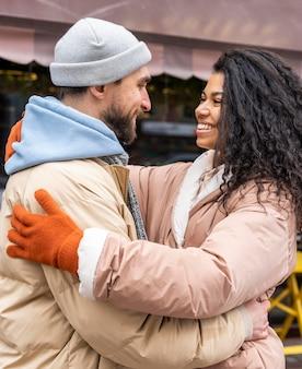 Średnio strzał szczęśliwych ludzi przytulających się