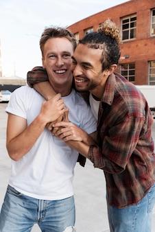 Średnio strzał szczęśliwych mężczyzn przytulających się