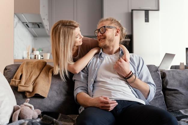 Średnio strzał szczęśliwych partnerów na kanapie