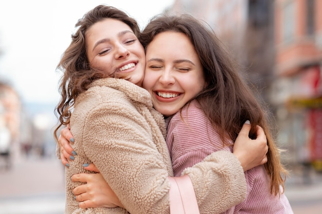 Średnio strzał szczęśliwych przyjaciół przytulających się