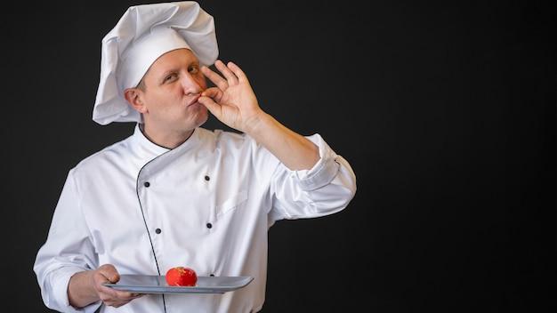 Średnio strzał szefa kuchni z talerzem z jedzeniem
