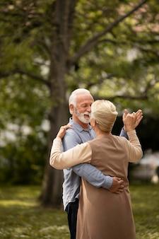 Średnio strzał tańcząca para