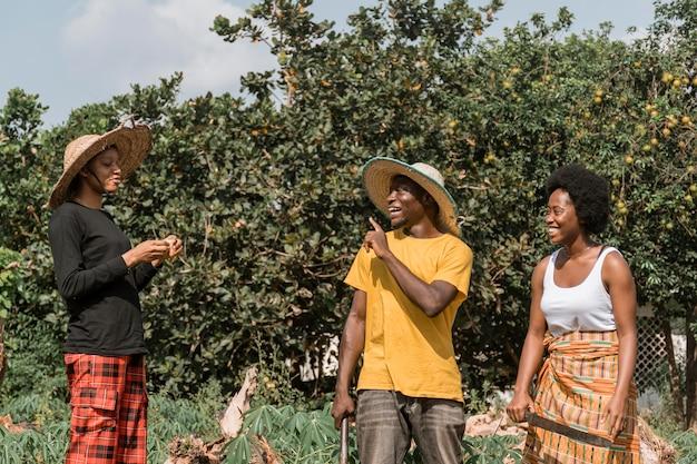 Średnio strzał uśmiechnięci afrykańczycy