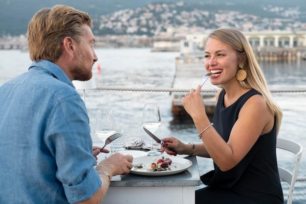 Średnio strzał uśmiechnięci ludzie jedzący razem