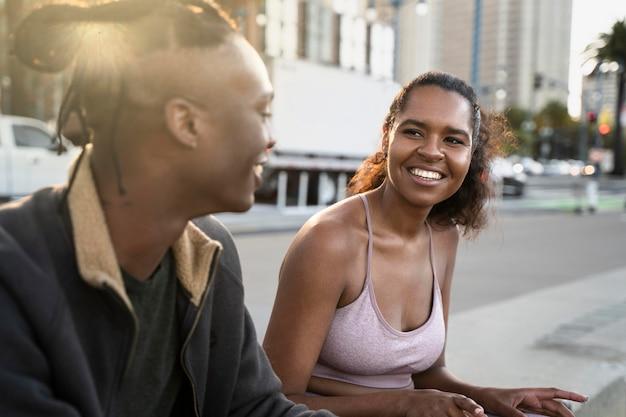 Średnio strzał uśmiechnięci ludzie na zewnątrz