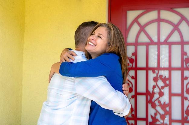 Średnio strzał uśmiechnięci ludzie przytulający się