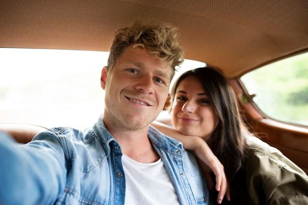 Średnio Strzał Uśmiechnięci Ludzie W Samochodzie Premium Zdjęcia