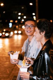 Średnio strzał uśmiechnięci ludzie z jedzeniem
