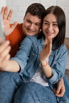 Średnio strzał uśmiechnięci ludzie ze smartfonem