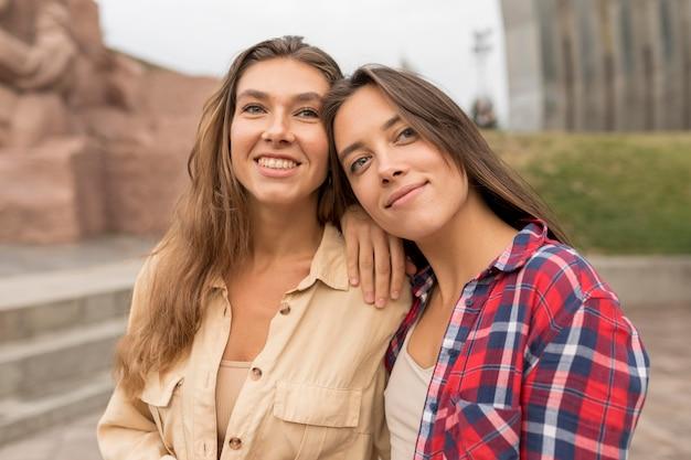 Średnio strzał uśmiechnięci przyjaciele pozowanie
