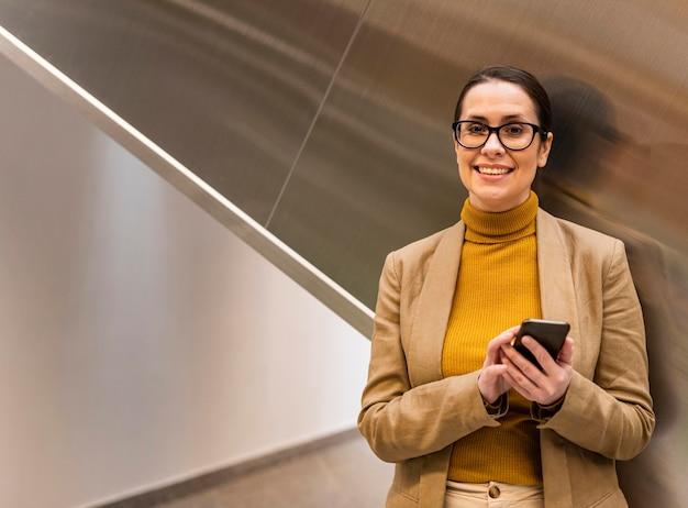 Średnio strzał uśmiechnięta biznesowa kobieta