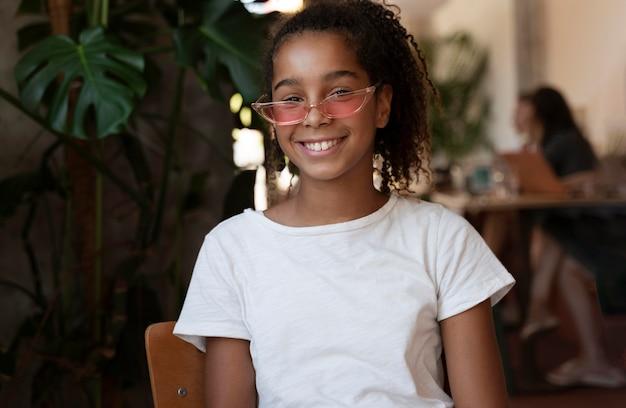 Średnio strzał uśmiechnięta dziewczyna w okularach