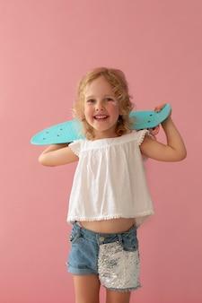 Średnio strzał uśmiechnięta dziewczyna z pennyboard
