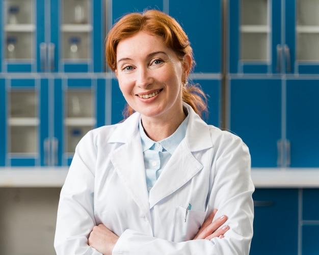 Średnio strzał uśmiechnięta kobieta lekarz