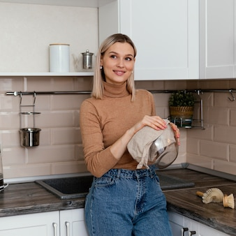 Średnio strzał uśmiechnięta kobieta miska do czyszczenia