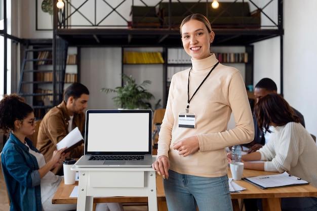 Średnio strzał uśmiechnięta kobieta na spotkaniu biznesowym