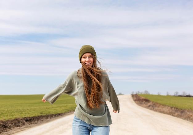 Średnio strzał uśmiechnięta kobieta na zewnątrz