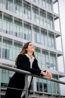 Średnio Strzał Uśmiechnięta Kobieta Na Zewnątrz Darmowe Zdjęcia