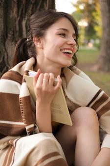 Średnio Strzał Uśmiechnięta Kobieta Na Zewnątrz Premium Zdjęcia