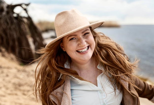 Średnio strzał uśmiechnięta kobieta nad morzem