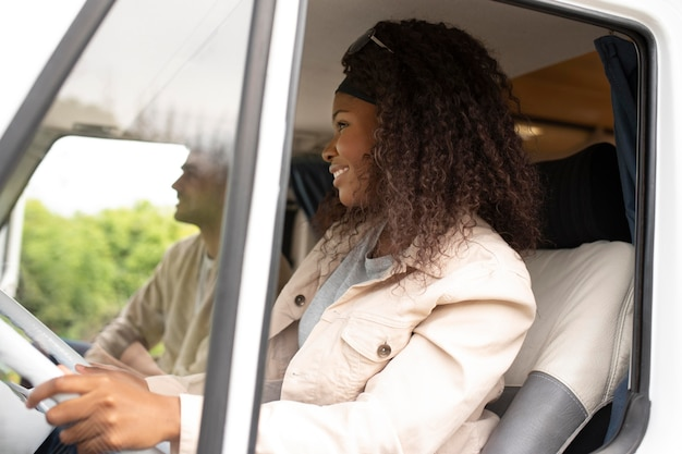 Średnio strzał uśmiechnięta kobieta prowadząca?