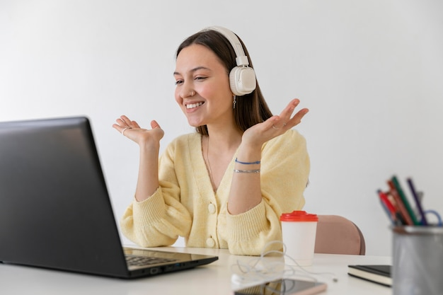 Średnio strzał uśmiechnięta kobieta przy biurku