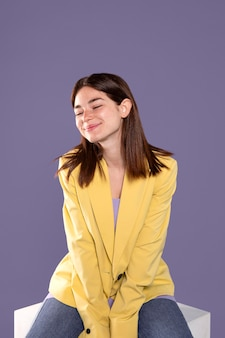 Średnio strzał uśmiechnięta kobieta siedzi