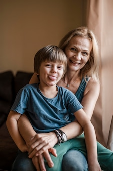 Średnio strzał uśmiechnięta kobieta trzyma dziecko