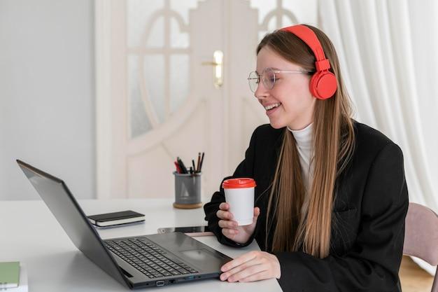 Średnio strzał uśmiechnięta kobieta trzyma filiżankę kawy