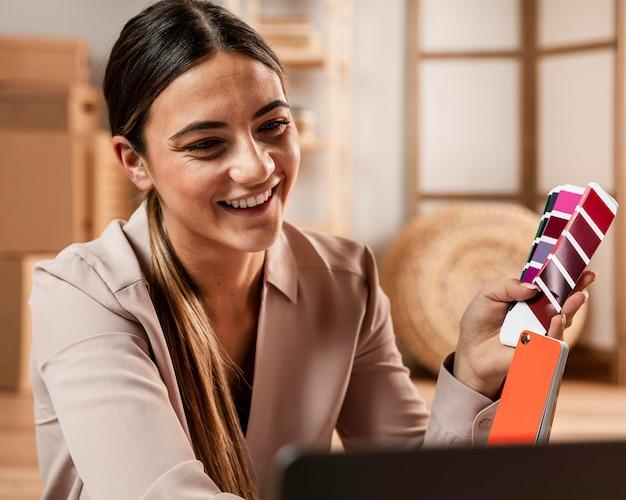 Średnio strzał uśmiechnięta kobieta trzyma paletę kolorów
