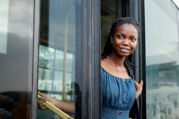 Średnio strzał uśmiechnięta kobieta w autobusie