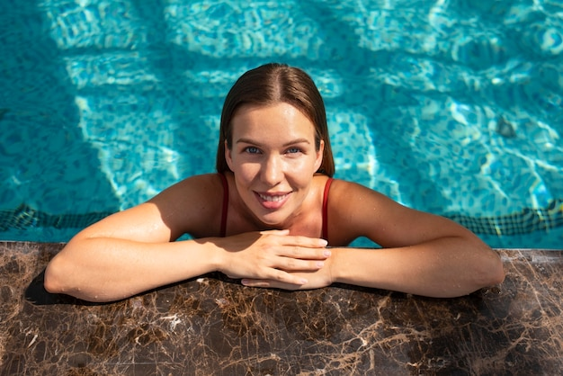 Średnio strzał uśmiechnięta kobieta w basenie