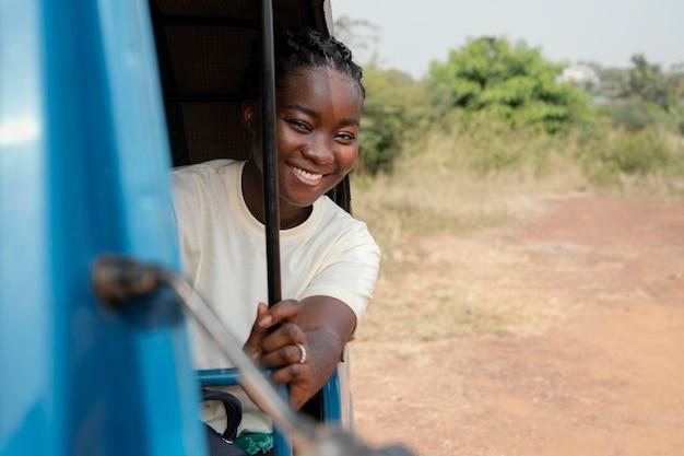 Średnio strzał uśmiechnięta kobieta w podróży