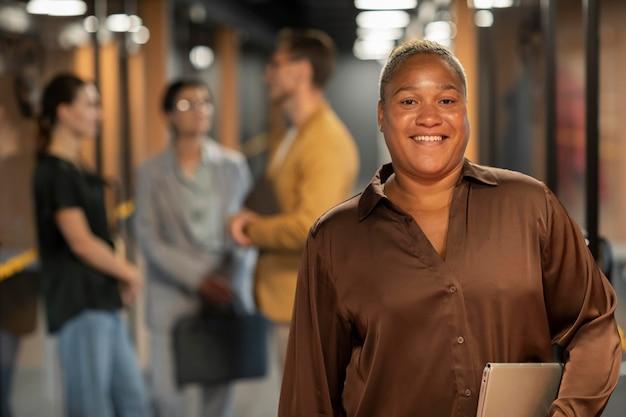 Średnio strzał uśmiechnięta kobieta w pracy