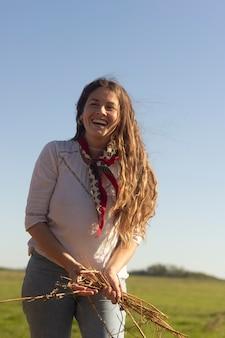 Średnio strzał uśmiechnięta kobieta w przyrodzie