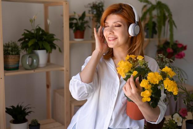 Średnio strzał uśmiechnięta kobieta w słuchawkach