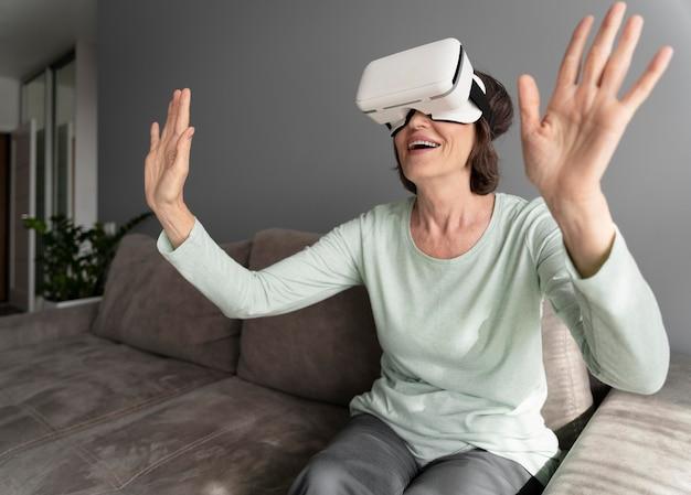 Średnio strzał uśmiechnięta kobieta wirtualna rzeczywistość