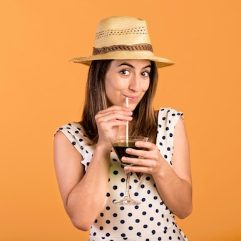 Średnio strzał uśmiechnięta kobieta z napojem