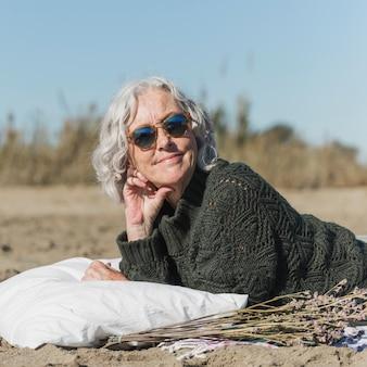 Średnio strzał uśmiechnięta kobieta z okulary przeciwsłoneczne