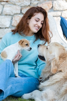 Średnio strzał uśmiechnięta kobieta z uroczymi psami